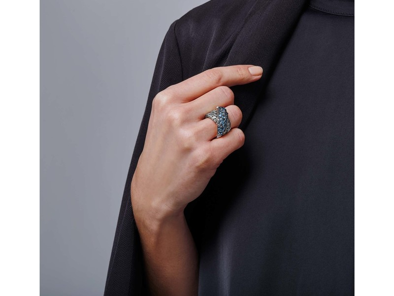 Cropped product page classic chain overlap ring with mixed blue